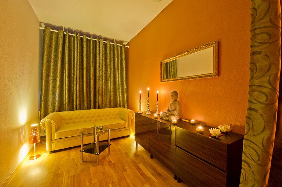 Vorraum der Glamour Massage Frankfurt, gemütlich eingerichtet