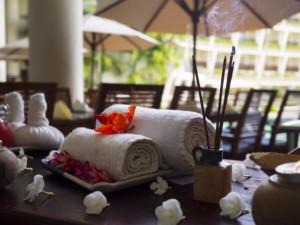Entspannte Atmosphäre und gerollte Massagehandtücher